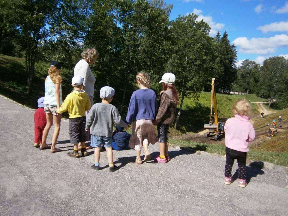 Lastega õues